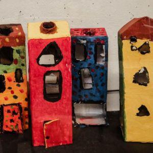 Häuser aus Verpackungsmaterial